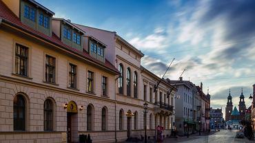 Odnowiony Stary Ratusz na deptaku w Gnieźnie