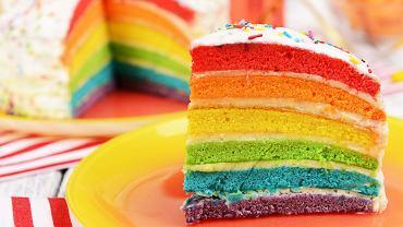 Wbrew pozorom tęczowy tort na urodziny dziecka jest bardzo łatwo zrobić