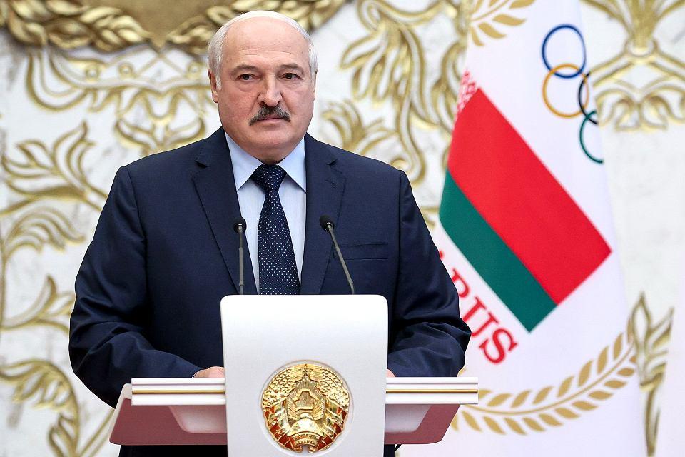 Aleksander Łukaszenka podczas spotkania Rady Ministrów oświadczył, że trwająca w kraju czystka przebiega 'niełatwo', bo za licznymi organizacjami pozarządowymi stoją 'tysiące Białorusinów z wypranymi przez Zachód mózgami'.