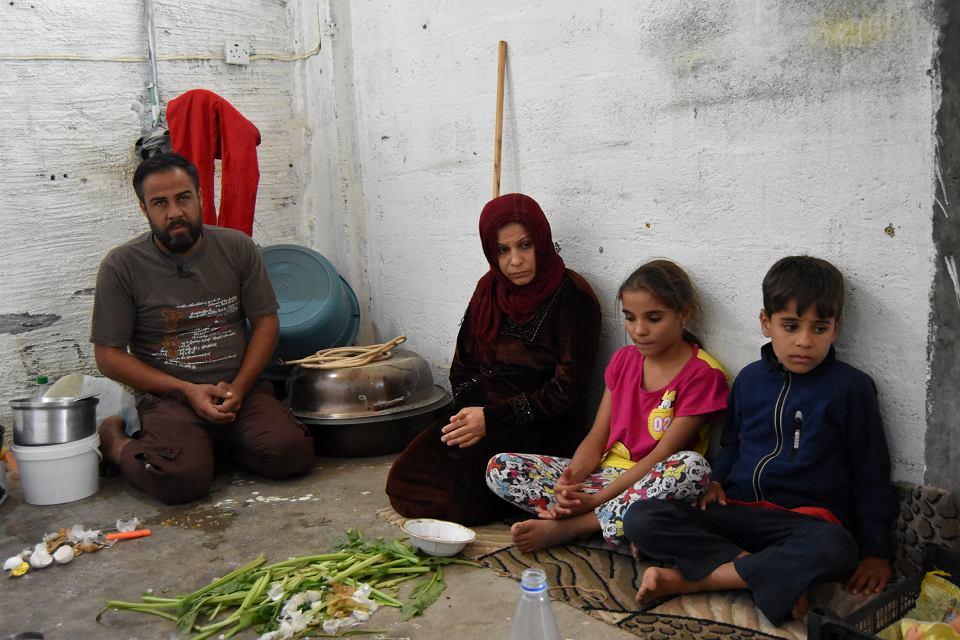 63-letni Mohamed, uciekinier z Ramadi, usiłuje stworzyć rodzinie namiastkę domu w przestrzeni sklepu, który wynajmuje