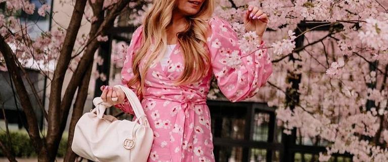 Sukienki Monnari z wyprzedaży: różowa z lnem i domieszką jedwabiu zachwyca! Rabaty do 70%!