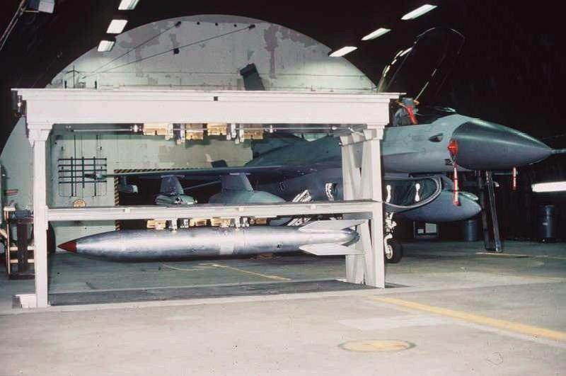 Bomba B61 w schowku wysuniętym z podłogi schronohangaru dla myśliwca F-16. Tak musi wyglądać to co jest obecnie w Incirlik