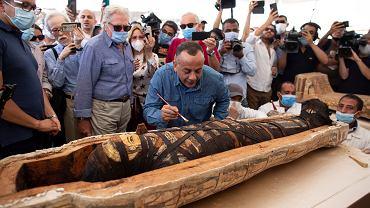 Egipt. Archeolodzy otworzyli starożytny sarkofag. W środku świetnie zachowana mumia