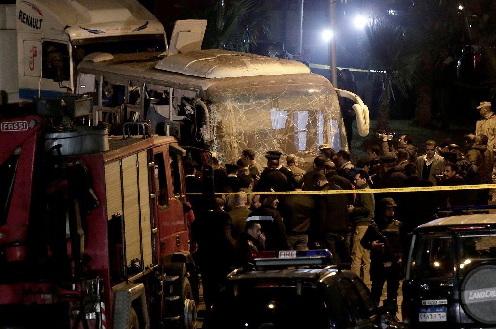 Autobus z turystami w Gizie najechał na bombę, są zabici i ranni. Egipt, 28 grudnia 2018