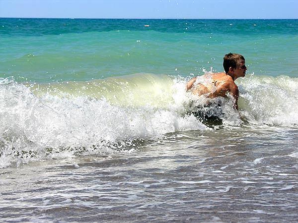 Grał w piłkę w morzu, gdy wyszedł na plażę, zobaczył, że krwawią mu nogi