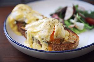 Jak zrobić jajka po benedyktyńsku? Zrób śniadanie jak mistrz!