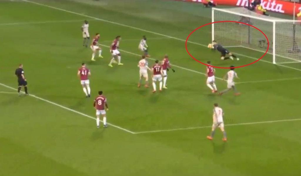Łukasz Fabiański w meczu z Liverpoolem