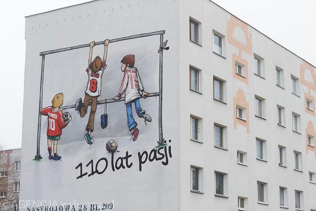 Zdjęcie numer 0 w galerii - Na bloku na łódzkim Radogoszczu powstał niezwykły mural na 110-lecie Widzewa