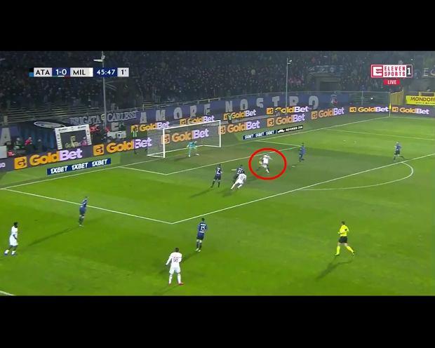 Krzysztof Piątek strzela gola w meczu Milan Atalanta