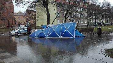 Obalony pomnik ks. Jankowskiego w Gdańsku po zabezpieczeniu