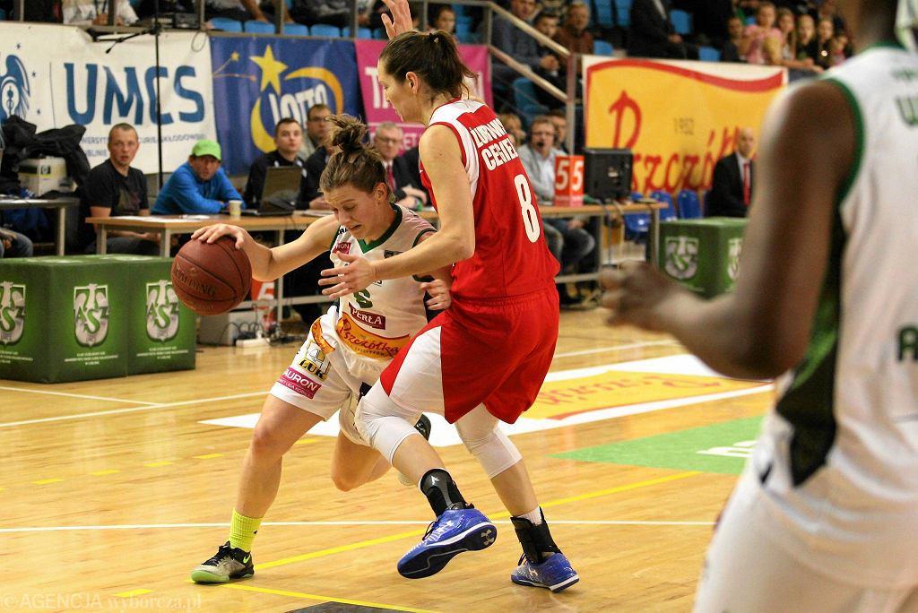 Z piłką Dominika Owczarzak z Pszczółki AZS Lublin