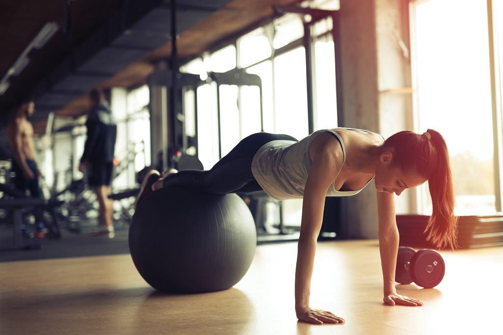 Ćwiczenia z piłką doskonale wpływają na kręgosłup.
