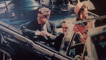 Jacqueline i Jack Kennedy tuż przed zamachem