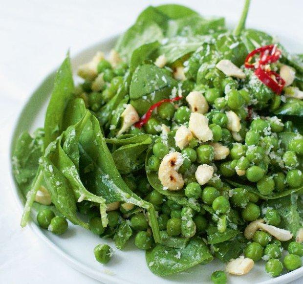 Szpinak w zupie, sałatce, daniu głównym i przekąskach - 12 przepisów dla fanów zieleniny