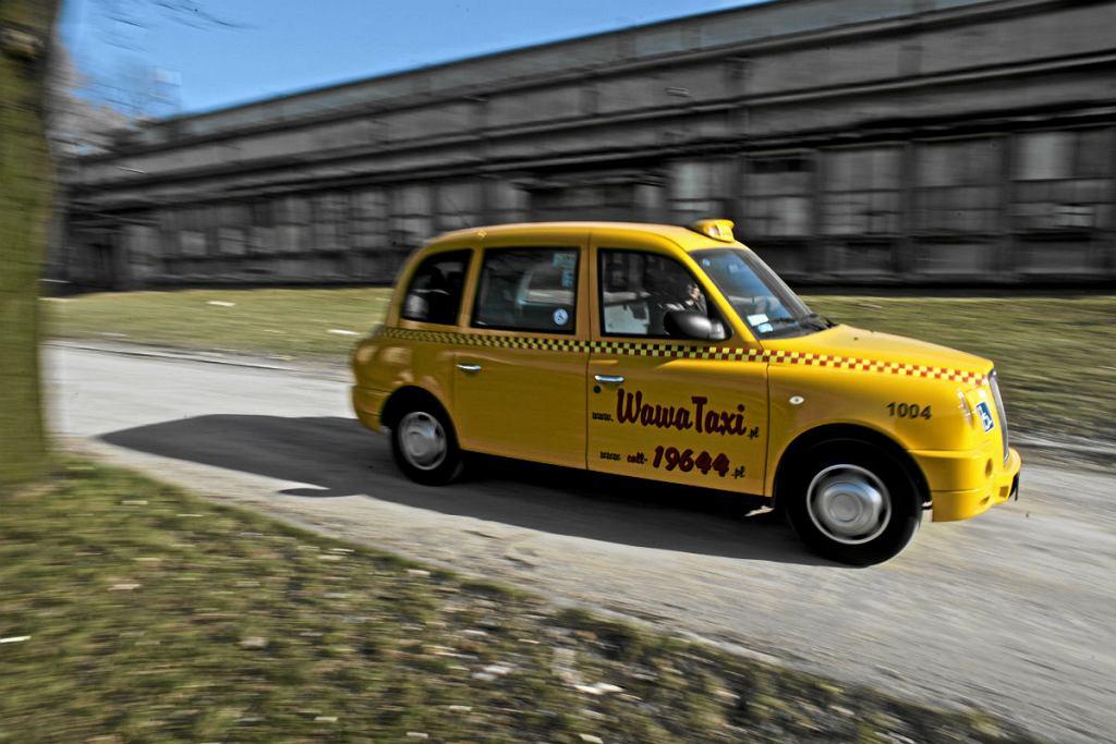Londyńska żółta taksówka model LTI TX4 warszawskiej korporacji taksówkarskiej Wawa Taxi.
