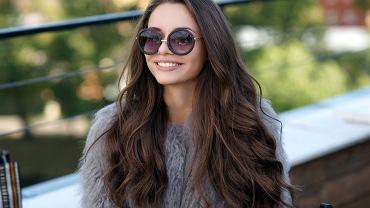Fryzury 2021 - fale na długich włosach. Zdjęcie ilustracyjne