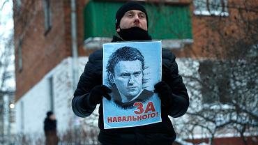 18.01.2021, Chimki, zwolennik Aleksieja Nawalnego przed  miejscowym posterunkiem policji, na którym odbywa się rozprawa sądowa opozycjonisty.