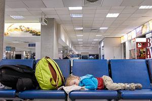 Zakaz spania na lotnisku, które ma masę połączeń z Polską. Nawet na krześle. Ochrona będzie budzić co 10 minut