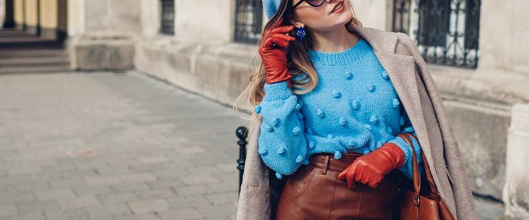 Modne swetry dla kobiet po 50-tce.  Top 18 modeli w dobrej cenie. Te z perełkami zachwycają!