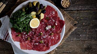 Carpaccio di manzo (czyli wołowe) to tradycyjna włoska przystawka. Występuje w formie bardzo cienkich plastrów surowego mięsa wołowego, które układa się na płasko na talerzu.