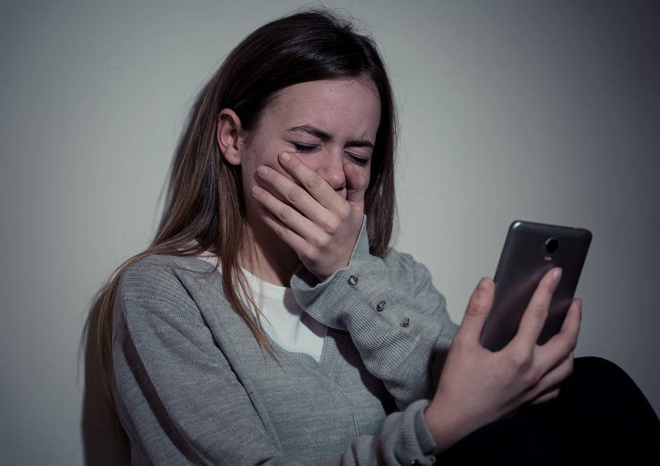 Nastolatka opowiedziała o sytuacji, podczas której na przerwie, między lekcjami online, płakała, jedna z koleżanek to nagrała i wrzuciła na klasową grupę. Dzieci się z niej śmiały, że jest mięczakiem