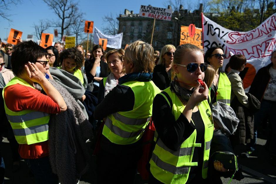 Protest nauczycieli przed siedzibą MEN