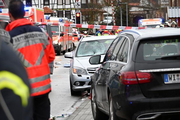 Niemcy: Kierowca samochodu wjechał w ludzi na paradzie karnawałowej