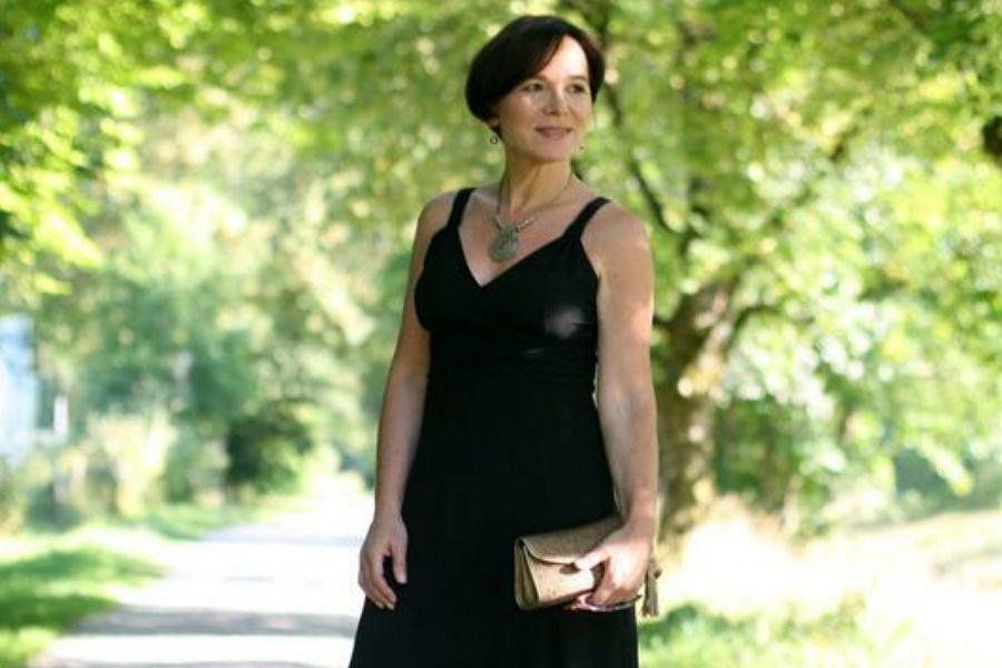 4641d8e26b klasyczna sukienka dla dojrzałej kobiety