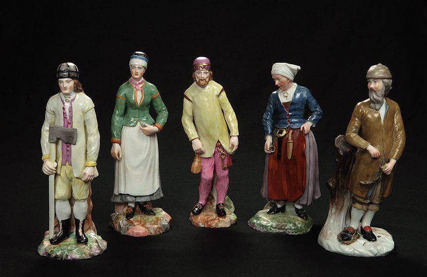 Porcelanowe figurki z Królewskiej Manufaktury Porcelany przedstawiające norweskich chłopów w strojach regionalnych, ok. 1800 / Mat. prasowe