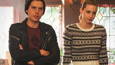 Lili Reinhart i Cole Sprouse na planie serialu 'Riverdale'