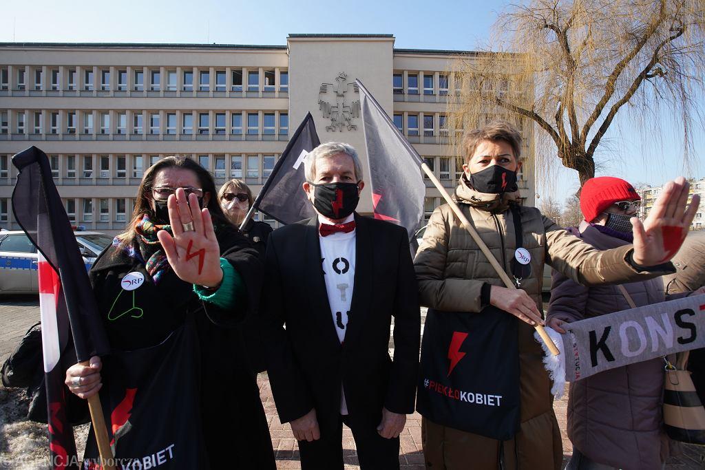 Radny PiS usłyszał zarzuty. Mężczyzna miał kopnąć emeryta na strajku kobiet w Częstochowie