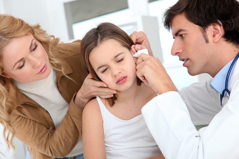 Nieleczone bądź źle leczone wysiękowe zapalenie ucha środkowego może prowadzić do niedosłuchu, a ono z kolei do opóźnienia rozwoju mowy, problemów szkolnych i wychowawczych.