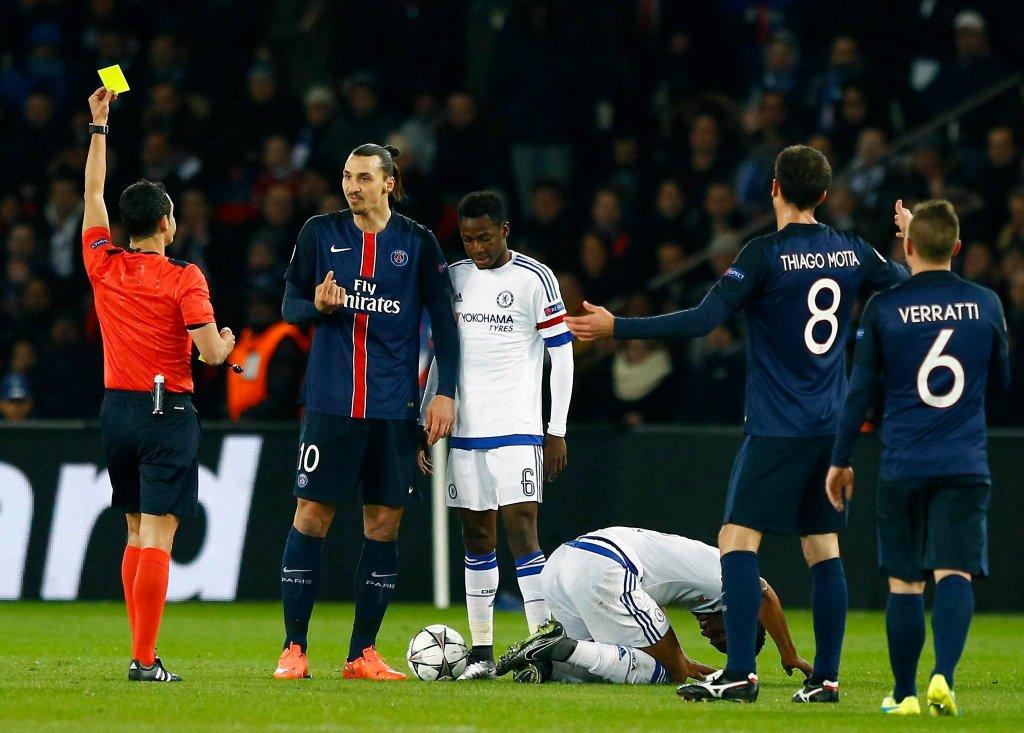 Ibrahimović ukarany żółtą kartką w meczu z Chelsea