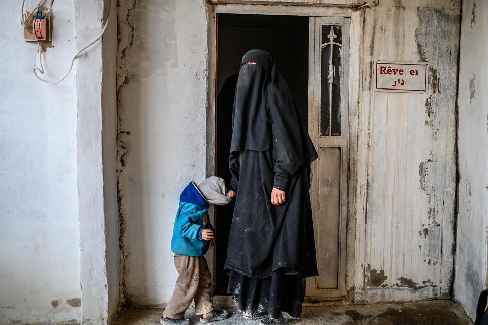 Francuzka z dzieckiem, której udało się uciec z terytoriów Państwa Islamskiego. Obóz dla uchodźców al-Hol w Syrii, 17 stycznia 2019 r.