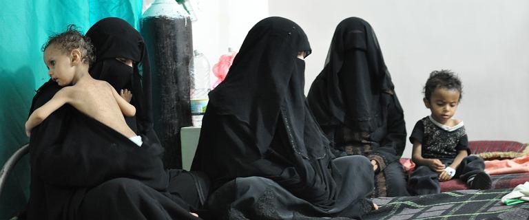 Matki i dzieci w Jemenie żyją obok frontu, jedzą chleb z herbatą lub liście