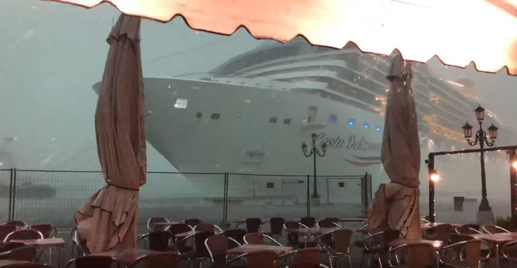 Ogromny wycieczkowiec niemal zderzył się z nabrzeżem w Wenecji