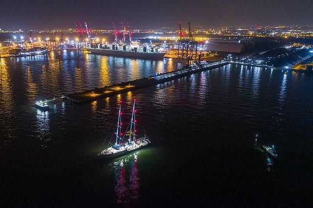 Służby z bronią maszynową wtargnęły na statek Greenpeace, który zablokował transport węgla do portu w Gdańsku