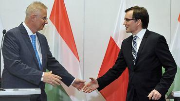 Minister Sprawiedliwości Węgier Laszlo Trocsanyi i jego polski odpowiednik Zbigniew Ziobro podczas wspólnej konferencji. Kraków, 8 kwietnia 2016