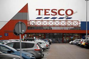 Filetowane Tesco w Polsce kończy ze sprzedażą przez internet. Co dalej z resztkami po potędze sieci?