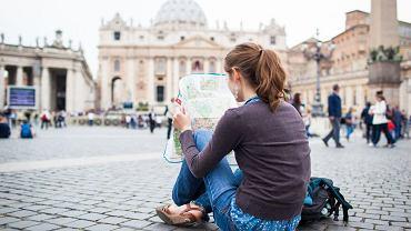 Turystka na Placu św. Piotra w Watykanie