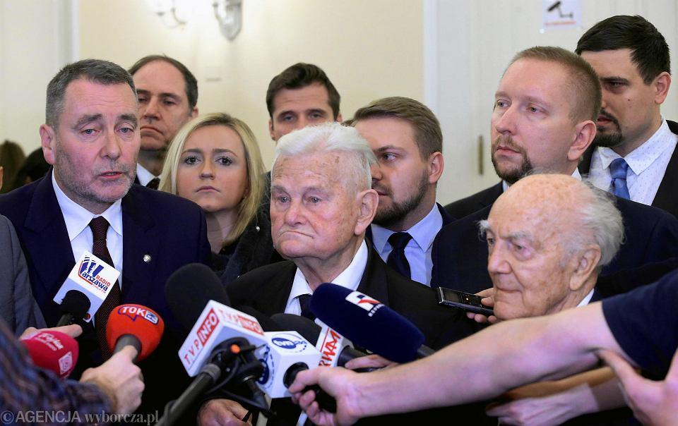 Sędzia Bogusław Nizieński (w środku) odczytał apel do prezydenta Warszawy Rafała Trzaskowskiego o nieprzywracanie zdekomunizowanych ulic, z prawej Jerzy Majkowski, z lewej przewodniczący klubu PiS w radzie miasta Cezary Jurkiewicz