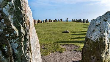 59 kamiennych głazów na wysokim klifie tworzy malowniczą scenerię tuż nad falami Bałtyku