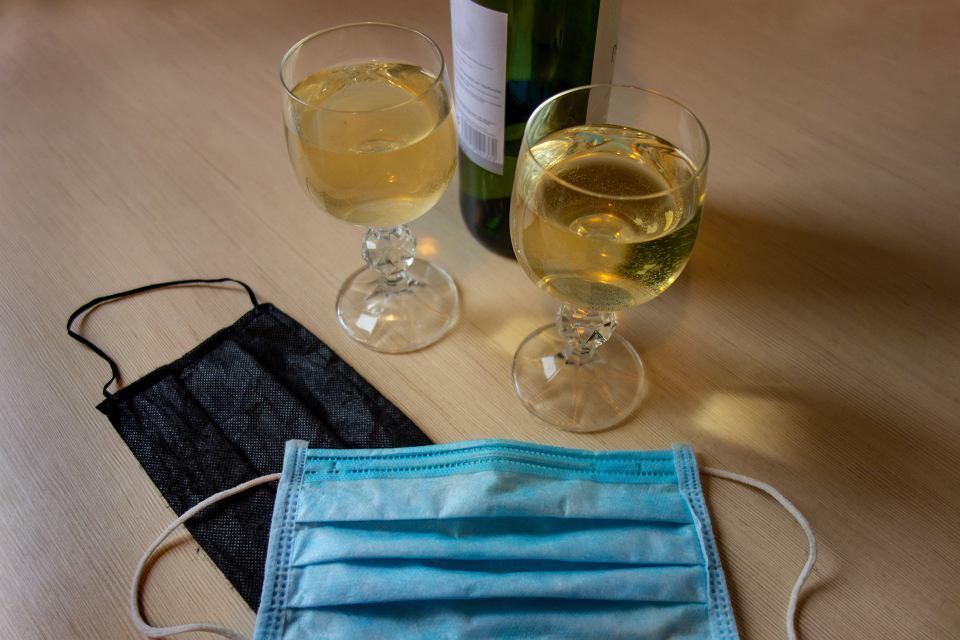 Picie alkoholu negatywnie odbija się na układzie odpornościowym, czego rezultatem jest większe ryzyko rozwinięcia się niepożądanych stanów zdrowotnych. Stąd zalecenie, by ograniczyć spożycie alkoholu, szczególnie w czasie pandemii COVID-19