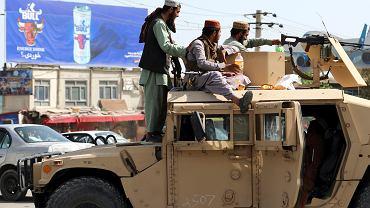 Talibowie na straży przed lotniskiem w Kabulu, 16 sierpnia 2021.