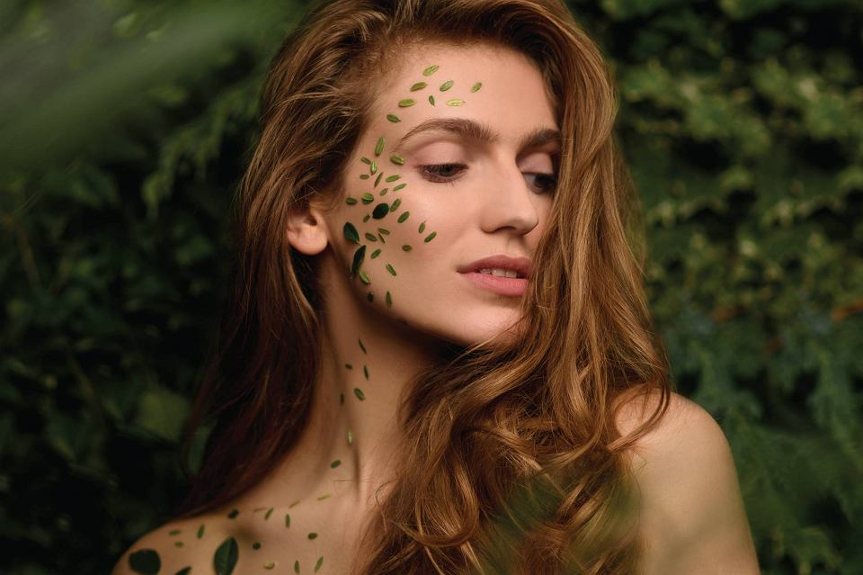 Kobieta w roślinach