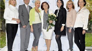 Na zdjeciu Urszula Dudziak z doktor Barbarą Walkiewicz Cyranska (szefową Stowarzyszenia Lekarzy Dermatologow Estetycznych) oraz Zarządem Stowarzyszenia