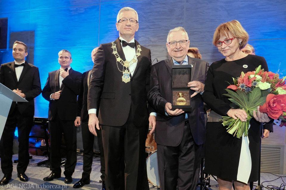 Jacek Jaśkowiak uhonorował Jacka Rutkowskiego, właściciela Lecha Poznań, Złotą Pieczęcią Miasta Poznania