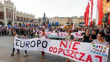 Marsz 'Europo nie odpuszczaj' wzywający Trybunał Sprawiedliwości Unii Europejskiej do działań w kwestii zmian w polskim sądownictwie. Kraków, 6 sierpnia 2018 r.