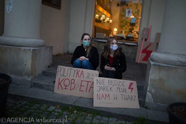 30.10.2020 Warszawa , Plac Zbawiciela . Przygotowania do Strajku Kobiet . Fot. Adam Stepien / Agencja Gazeta