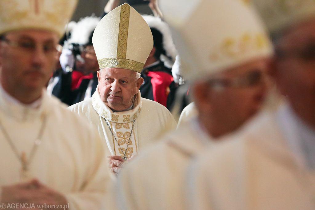 Kardynał Stanisław Dziwisz (C) podczas mszy świętej w 40. rocznicę wyboru Karola Wojtyły na papieża